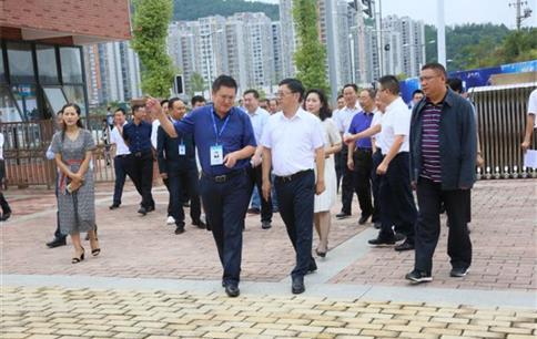 何平市长莅临巴中棠外慰问教师
